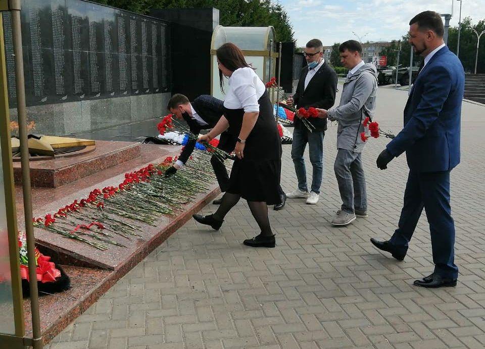 Активисты Набережночелнинского отделения Партии Роста возложили цветы к Вечному огню