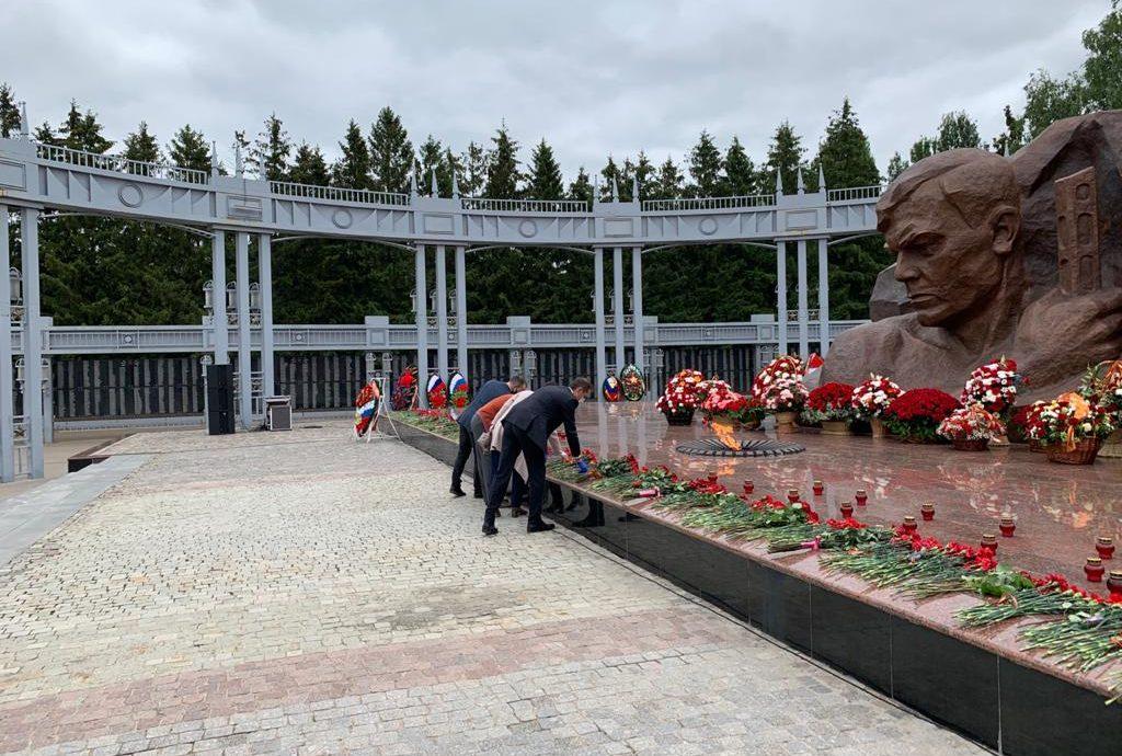 Активисты Партии Роста в Альметьевске возложили цветы к «Вечному огню»