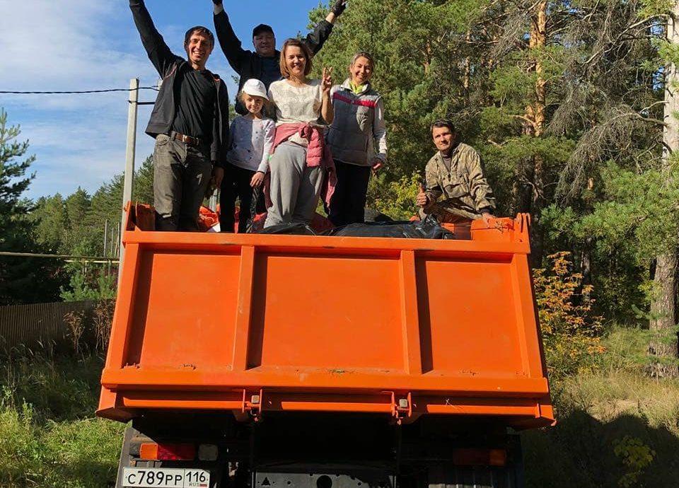 Предприниматель Максим Семенов с сыновьями организовали сбор мусора в Боровецком лесу